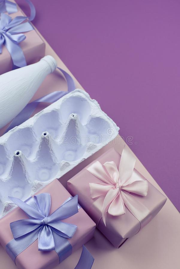 Corrisponda alle uova porpora su un fondo rosa fotografie stock
