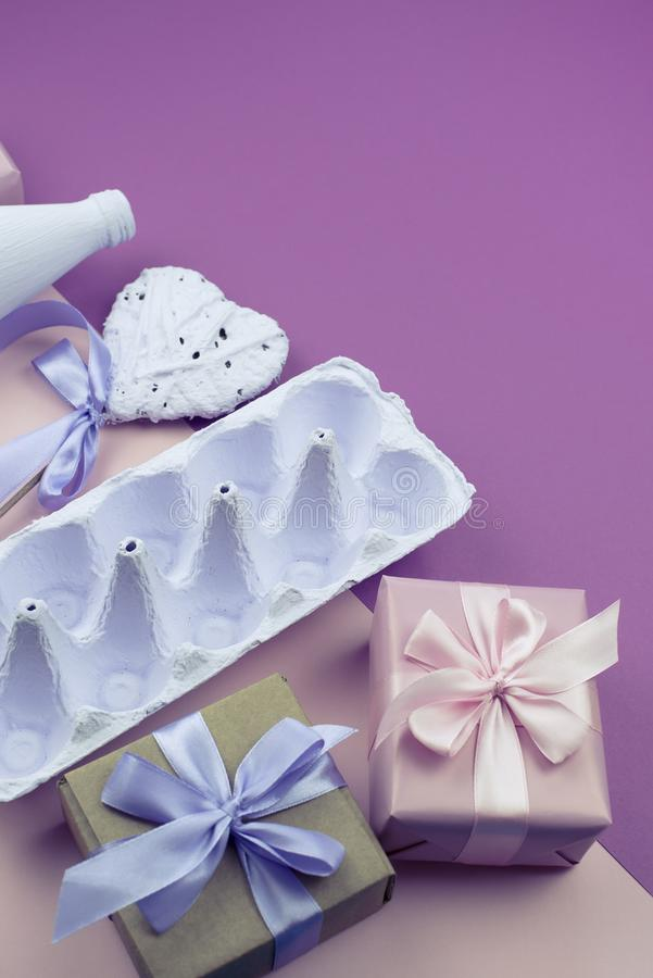Corrisponda alle uova porpora su un fondo rosa immagine stock libera da diritti