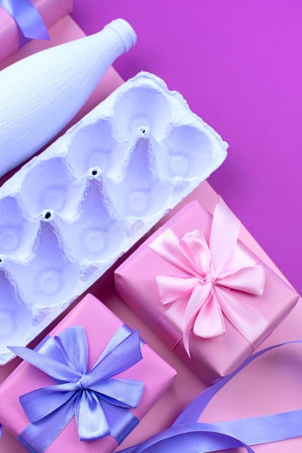 Corrisponda alle uova porpora su un fondo rosa ultravioletto fotografie stock libere da diritti