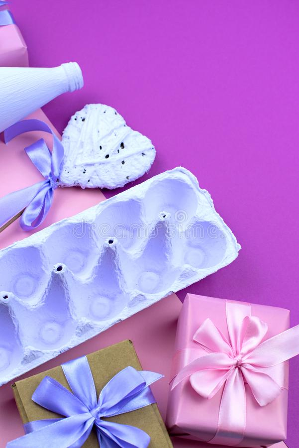 Corrisponda alle uova porpora su un fondo rosa ultravioletto fotografia stock libera da diritti