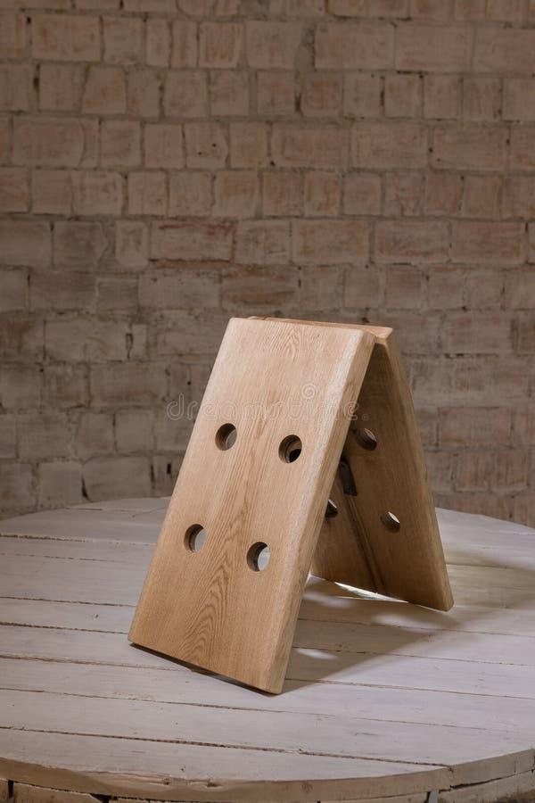 Corrisponda a vino da legno nello stile del sottotetto immagine stock