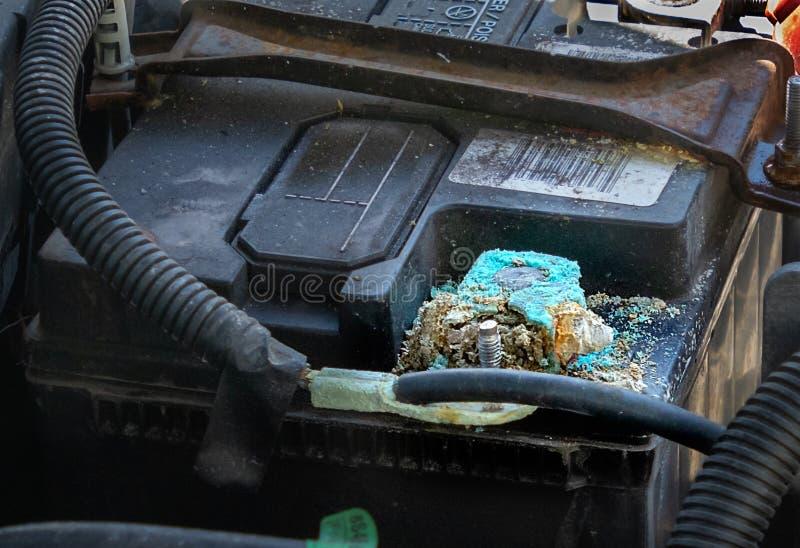 Corrosión en el terminal de la batería de coche fotos de archivo
