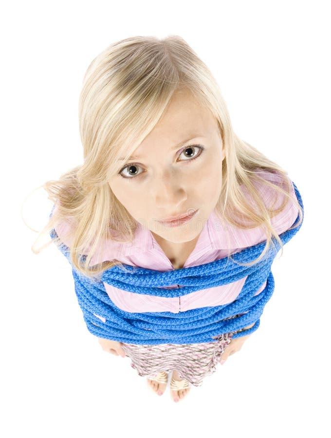 Corrotto dalla giovane donna bionda della corda fotografia stock