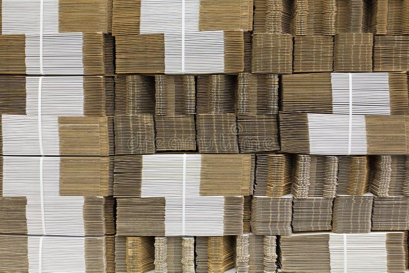 Corrugue o cartão amarrado com corda plástica branca Única parede do papel ondulado Painel de fibras ondulado Placa de Linerboard imagens de stock royalty free