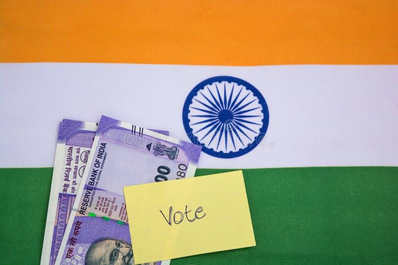 Corrupção política na Índia e no conceito a compra dos votos nas eleições na bandeira indiana imagem de stock