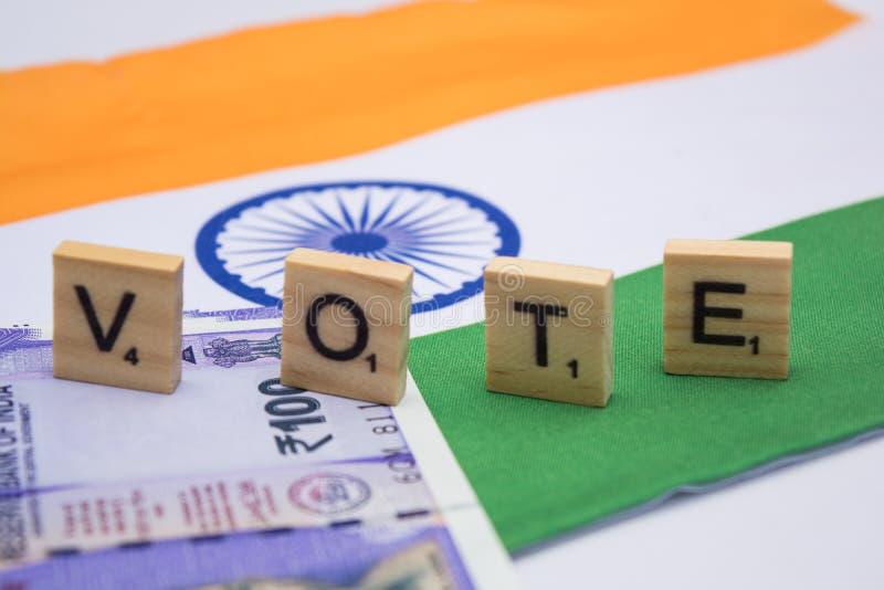 Corrupção política na Índia e no conceito a compra dos votos nas eleições na bandeira indiana fotos de stock royalty free