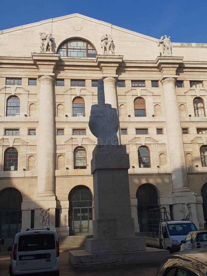Corrupción Milano Milano de la escultura del parlamento el finger Italia Italia fotos de archivo libres de regalías