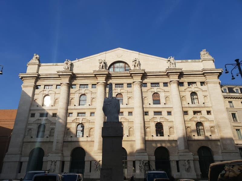 Corrupción Milano Milano de la escultura del parlamento el finger Italia Italia fotografía de archivo