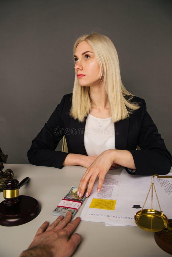 Corruption d'un juge de jeune femme pour un verdict en leur faveur photos stock
