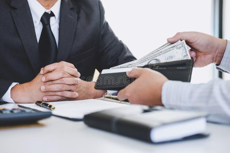 Corruption et concept de corruption, paiement illicite sous forme de billets d'un dollar, homme d'affaires donnant l'argent tout  photo stock