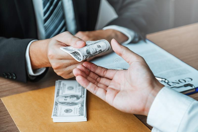 Corruption et corruption, homme d'affaires donnant le corruption de corruption de billets d'un dollar au directeur commercial pou images stock