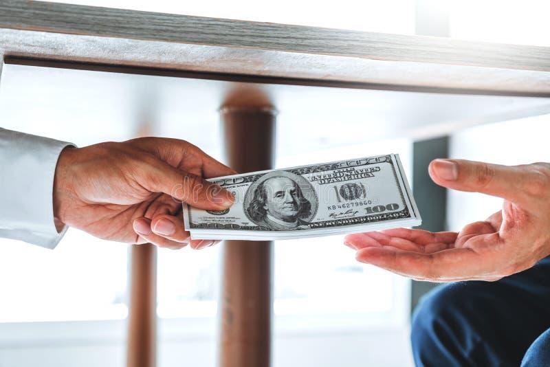 Corruption et corruption, homme d'affaires donnant le corruption de corruption de billets d'un dollar au directeur commercial pou image stock