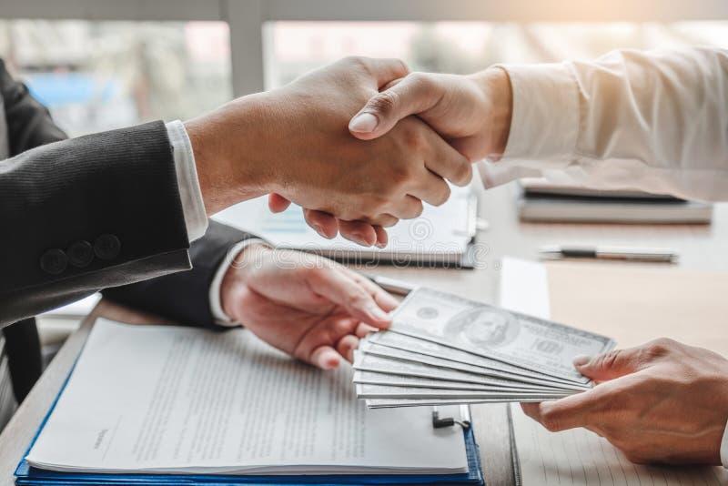 Corruption et corruption, homme d'affaires se serrant la main donnant le corruption de corruption de billets d'un dollar au direc photos libres de droits
