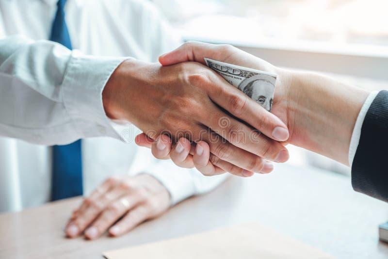 Corruption et corruption, homme d'affaires se serrant la main donnant le corruption de corruption de billets d'un dollar au direc images stock