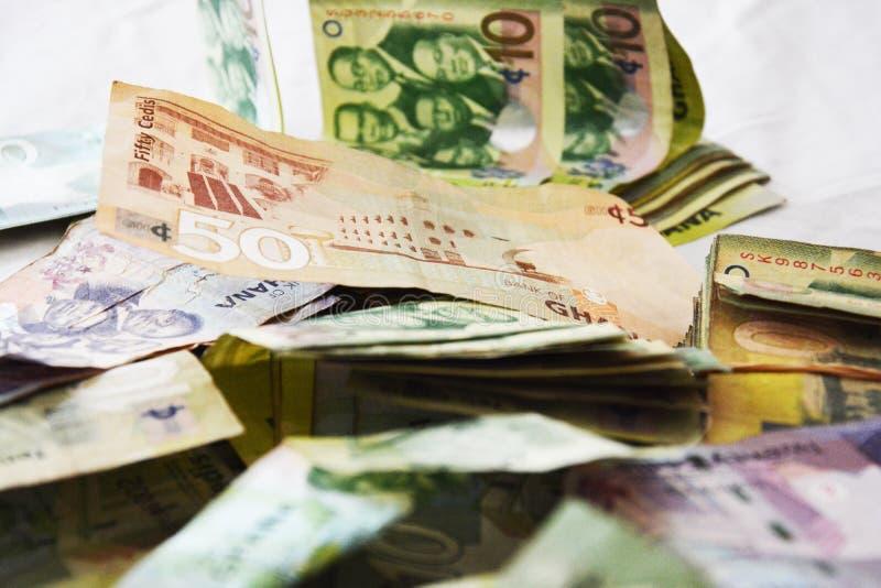 Corruption - grand montant d'argent du Ghana sur le lit photo stock