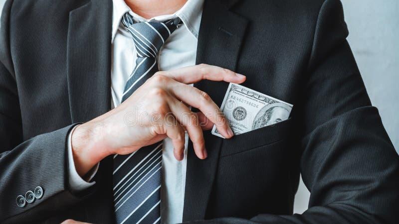 Corruzione e corruzione, uomo d'affari che dà corruzione di corruzione delle banconote in dollari al direttore aziendale per trat immagini stock