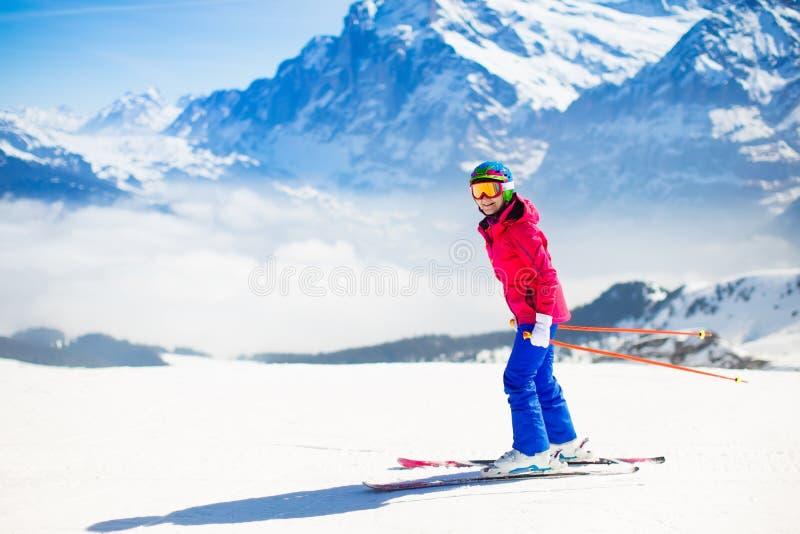 Corsa con gli sci della giovane donna nelle montagne fotografia stock libera da diritti
