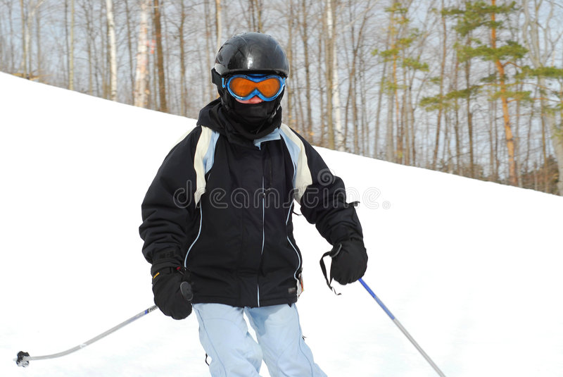 Corsa con gli sci della ragazza in discesa fotografia stock