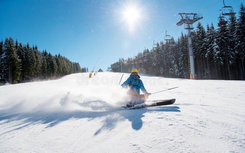 Corsa con gli sci dello sciatore nelle montagne immagine stock libera da diritti