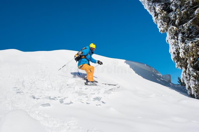 Corsa con gli sci dello sciatore nelle montagne fotografie stock libere da diritti