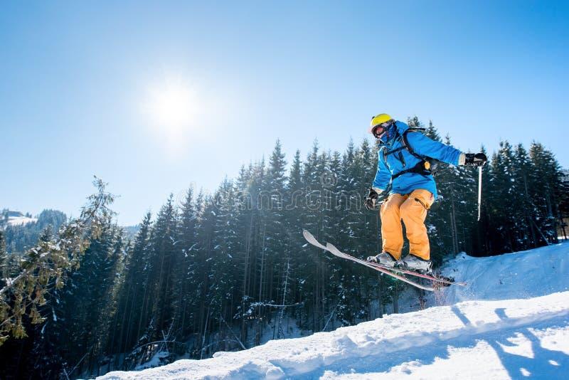 Corsa con gli sci dello sciatore nelle montagne immagine stock