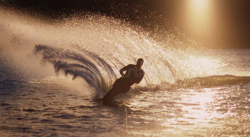 Corsa con gli sci di acqua dell'uomo immagini stock libere da diritti