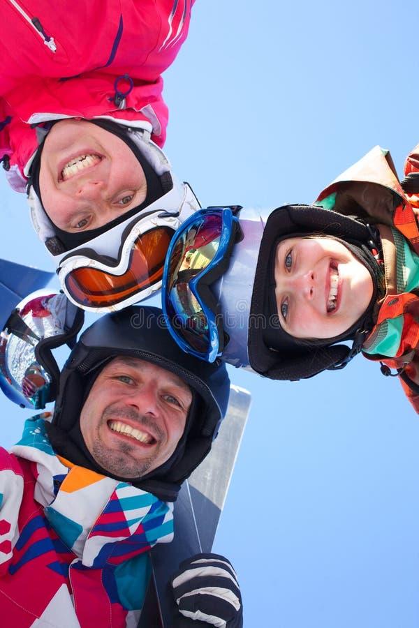 Corsa con gli sci, divertimento di inverno - sciatori che godono delle feste dello sci immagini stock libere da diritti