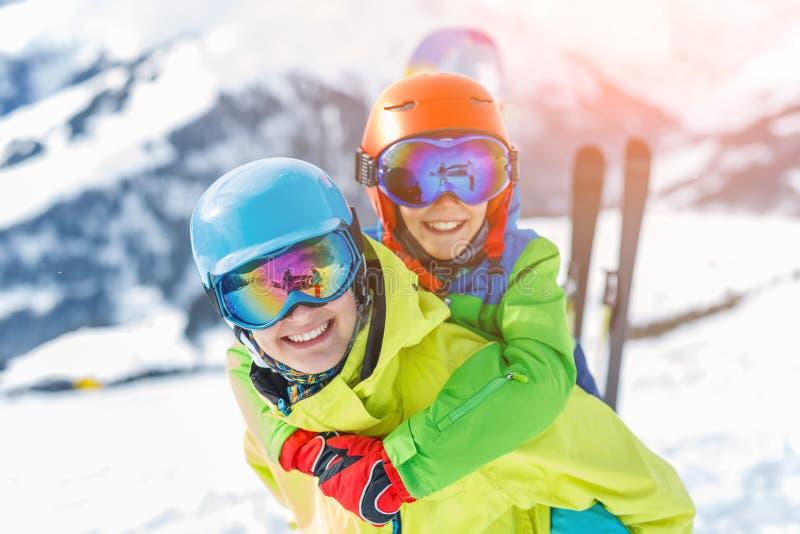 Corsa con gli sci, inverno, neve, sole e divertimento - bambini, ragazzo e ragazza divertendosi nelle alpi Corsa con gli sci del  immagine stock libera da diritti