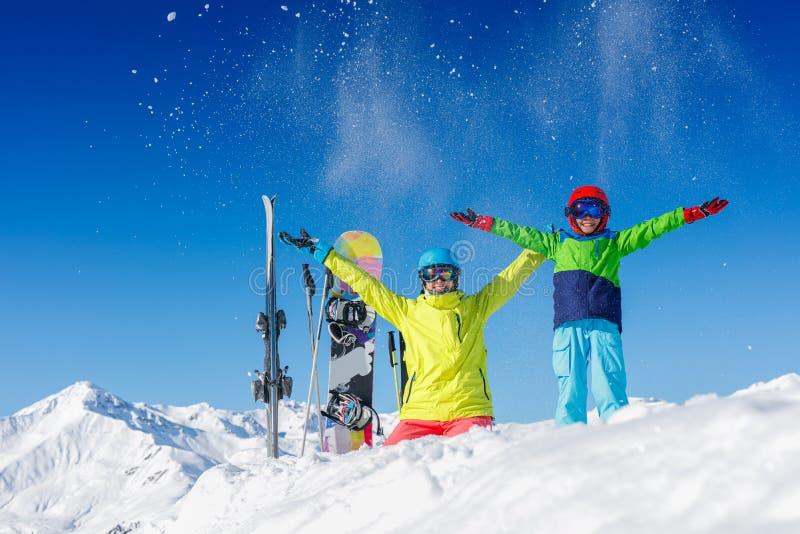 Corsa con gli sci, inverno, neve, sole e divertimento - bambini, ragazzo e ragazza divertendosi nelle alpi Corsa con gli sci del  fotografie stock