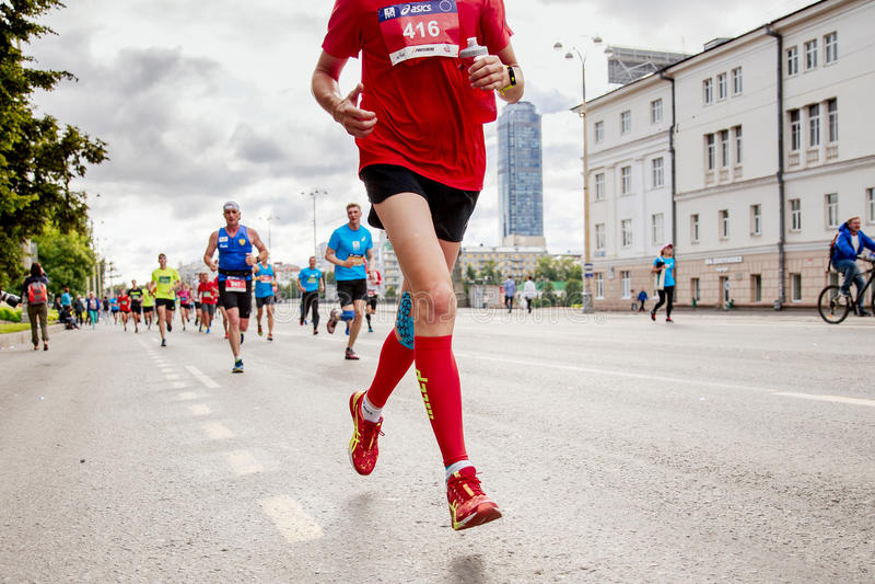 Corsa dei corridori degli atleti dei capi del gruppo fotografia stock