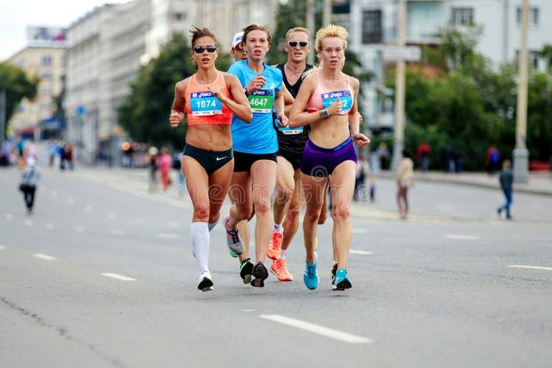 corsa dei corridori degli atleti delle donne dei capi del gruppo fotografia stock libera da diritti