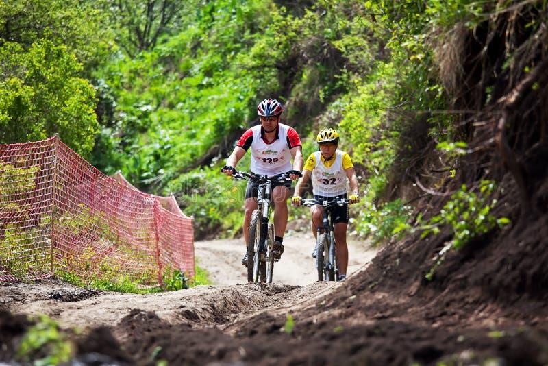 corsa della montagna della traversa del paese della bici immagine stock