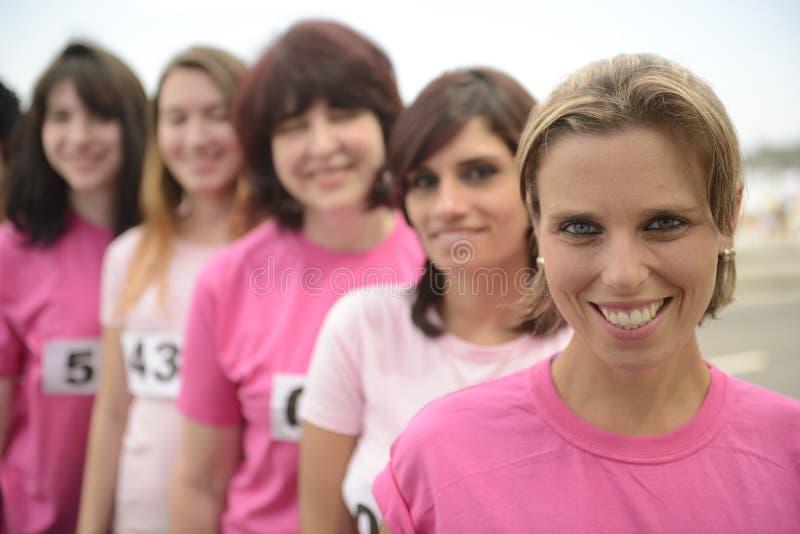 Corsa di carità del cancro al seno: Donne nel rosa immagine stock libera da diritti
