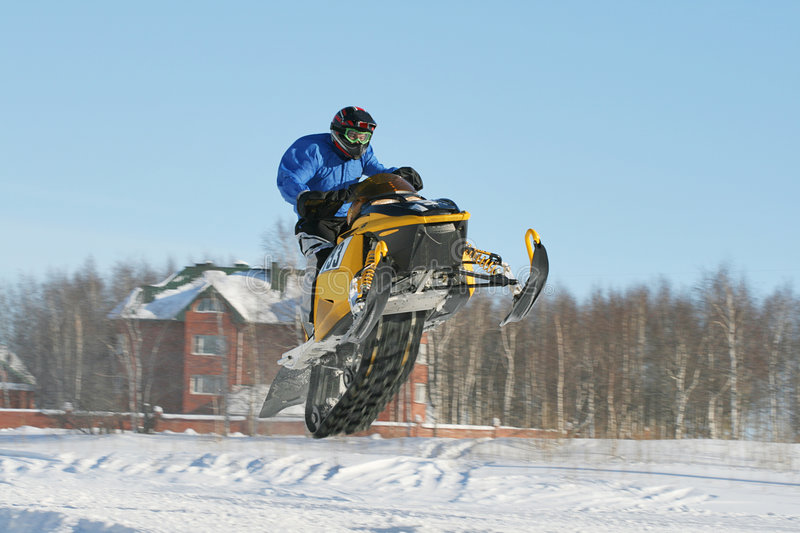 Corsa di Snowmobile immagine stock