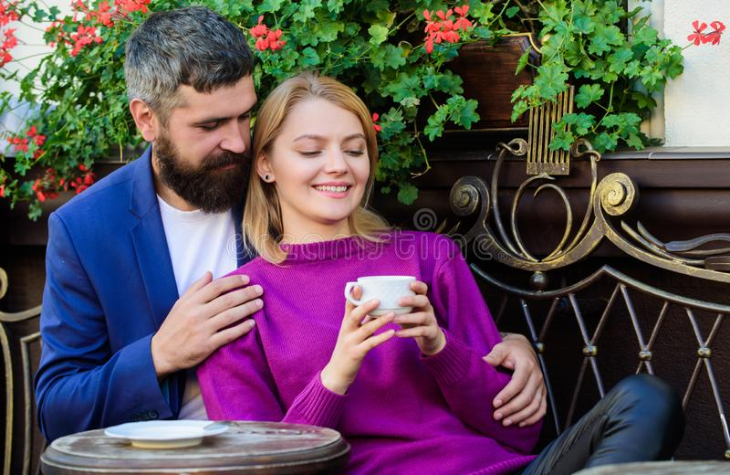 Corsa e vacanza Esplori il caff? ed i luoghi pubblici Terrazzo stringente a s? del caff? delle coppie Le coppie nell'amore si sie fotografie stock