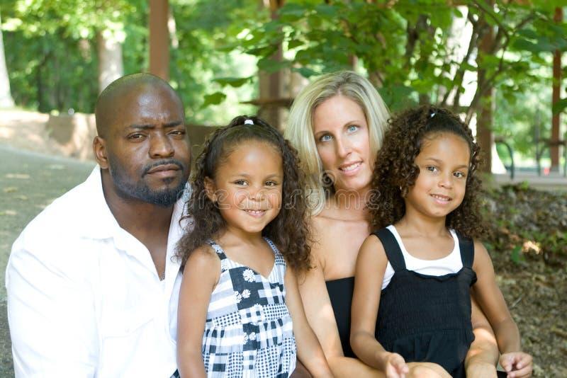 corsa mixed amorosa della famiglia immagini stock