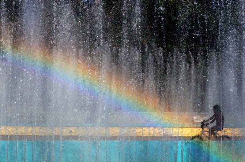 Corsa per l'arcobaleno sulla bici fotografie stock libere da diritti