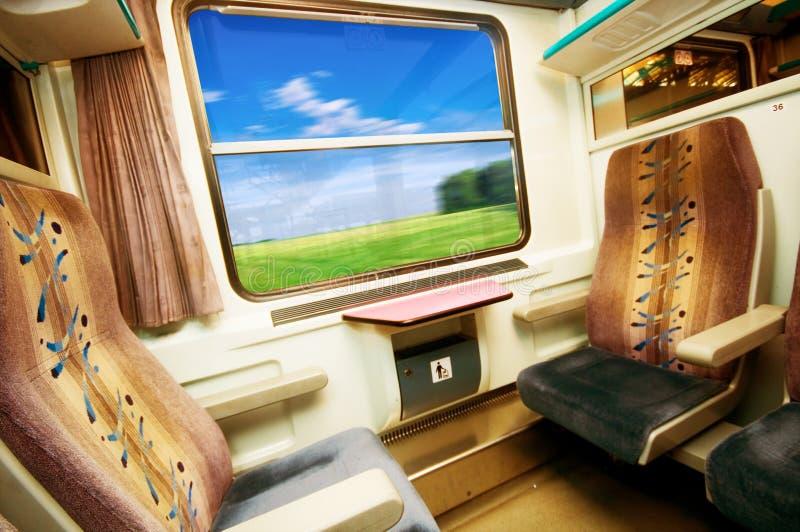 Corsa in treno comodo. fotografia stock
