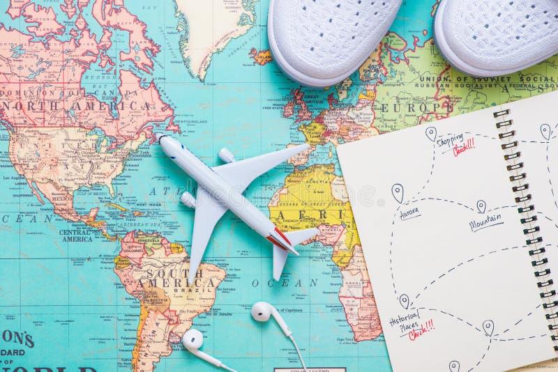 Corsa viaggio Vacanza - aeroplano di vista superiore con la mappa turistica immagine stock libera da diritti