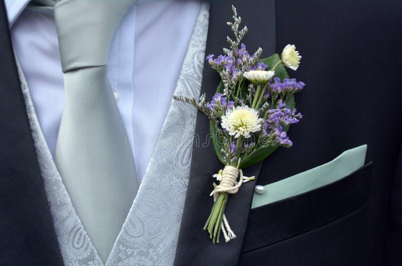 Corsage Boutonnierebrosche auf Bräutigamklage lizenzfreies stockbild