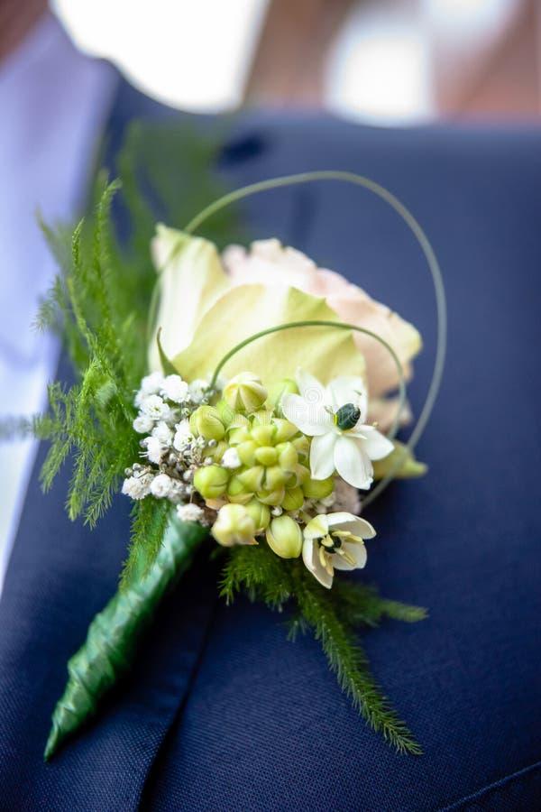 Corsage von der Mannbräutigamklage am Hochzeitstag lizenzfreies stockbild