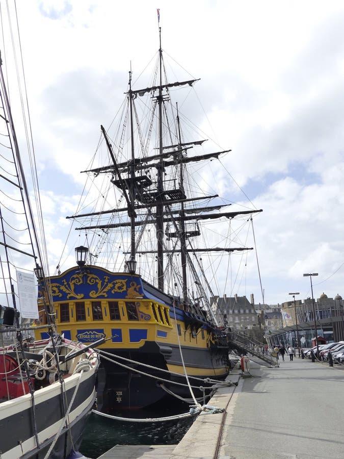 Corsair fregaty replika dokował w schronienia St Malo fotografia stock
