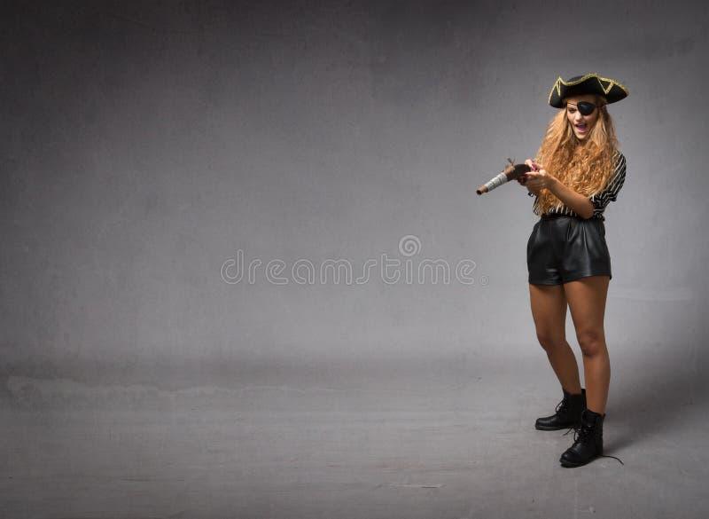 Download Corsaro Che Tende Con La Vecchia Arma Fotografia Stock - Immagine di ragazza, estratto: 56883872