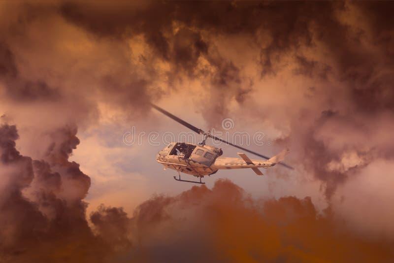 Corse contro un tempo severo della tempesta imminente, attacco con elicottero moderno dell'elicottero di salvataggio con con le a immagini stock