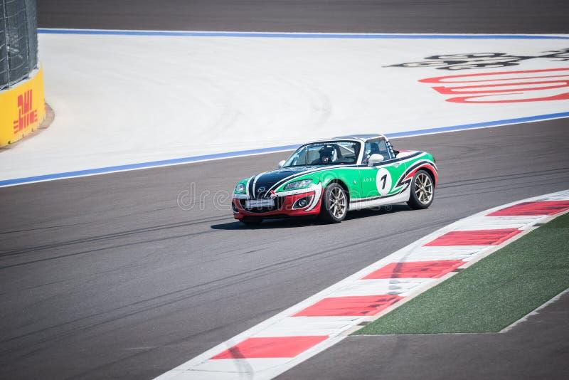 Corse di addestramento della vettura da corsa di Mazda sul autodrom fotografia stock libera da diritti