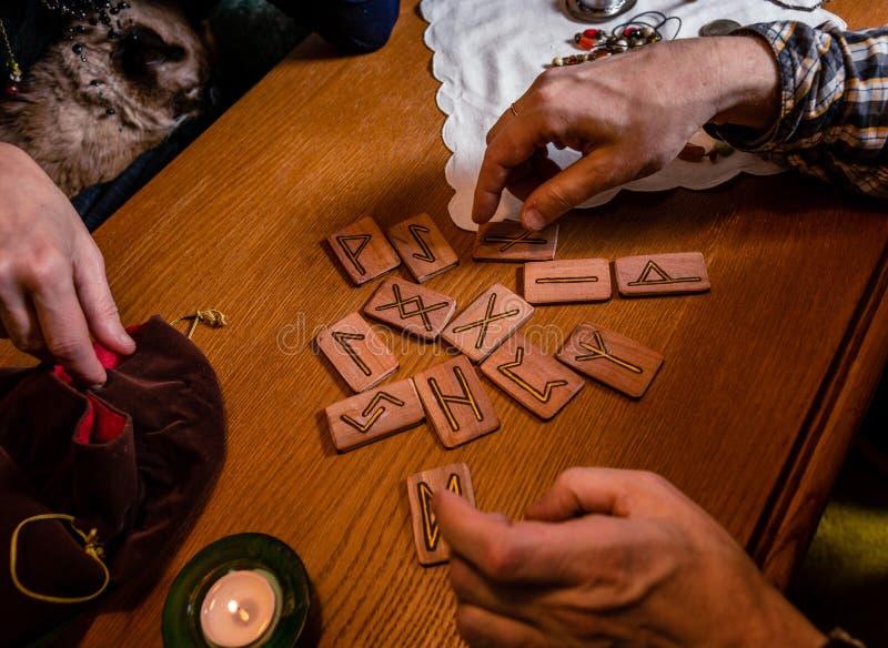 Corse e oggetti magici su una tavola di legno Vista dall'alto immagini stock