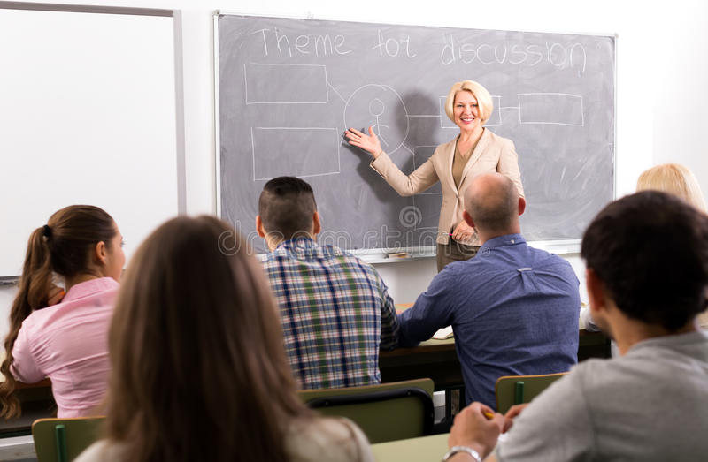 Corsi di aggiornamento d'istruzione di professore femminile fotografia stock