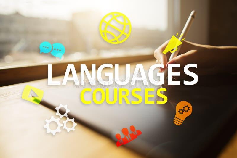 Corsi di lingua, apprendimento online, scuola inglese, concetto di e-learning su schermo virtuale illustrazione di stock