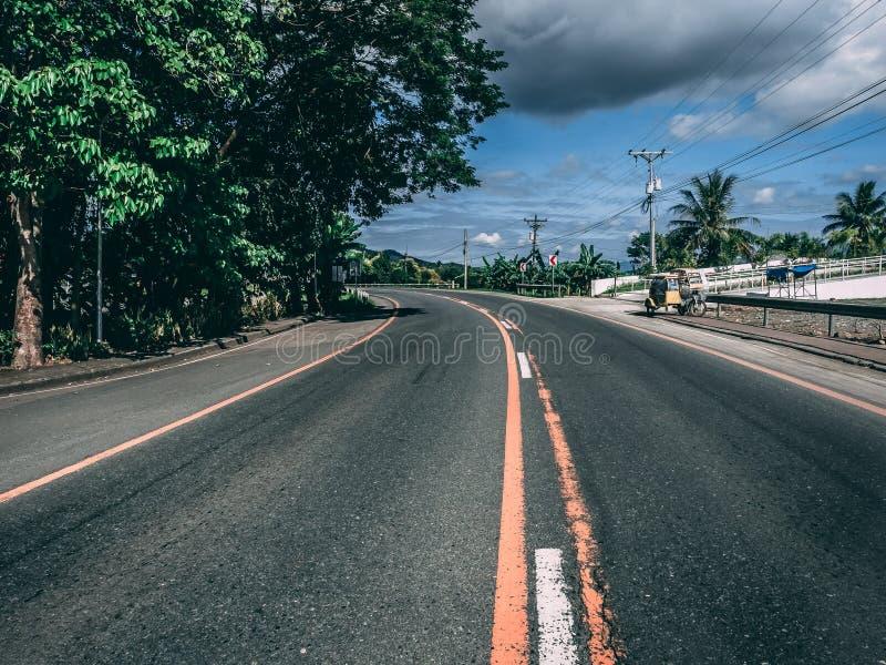 Corsia centrale della strada in una curva immagini stock