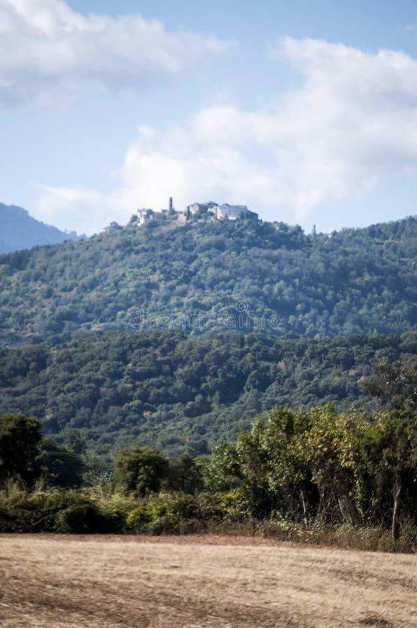 Corsica, Bonifacio, Śródziemnomorscy maquis, miasteczko, góra, głąb lądu, wieś, zieleń, krajobraz, natura zdjęcie royalty free